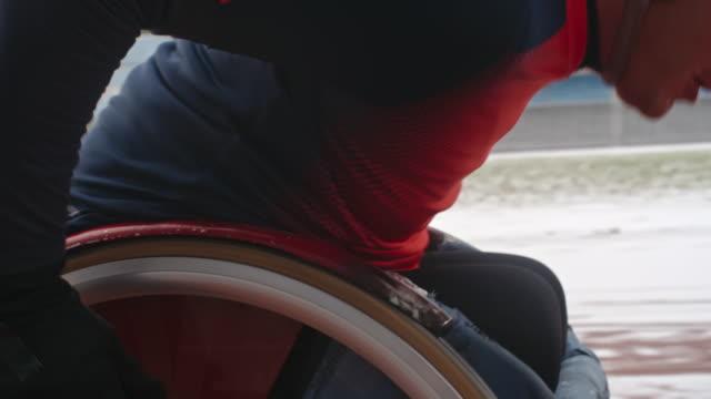 vídeos de stock, filmes e b-roll de professional paralympic athlete training in wheelchair - cadeira de rodas equipamento ortopédico