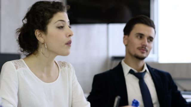 vídeos y material grabado en eventos de stock de professional people sitting in an office environment having a discussion during a production meeting - camisa y corbata