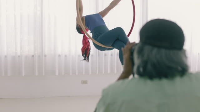 vidéos et rushes de photographe professionnel, prenant des photos de l'instructeur de danseur aérien. marketing en classe. - professional occupation