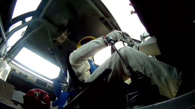vidéos et rushes de hd: rassemblement professionnel conducteur - low angle view