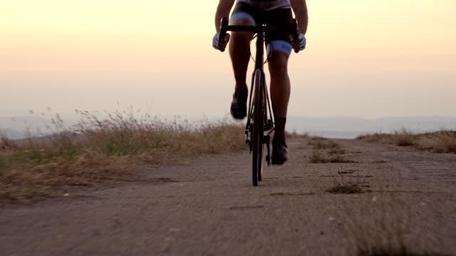 vidéos et rushes de cycliste professionnel de route - qui monte