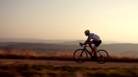vídeos y material grabado en eventos de stock de ciclista de carretera profesional - línea de meta