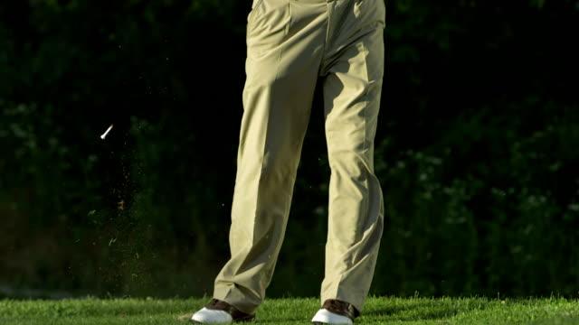 slo mo tu professional senior golfista tee off - golf video stock e b–roll