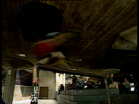 vidéos et rushes de professional skateboarders perform variety of tricks, playstation skatepark, london - style des années 2000