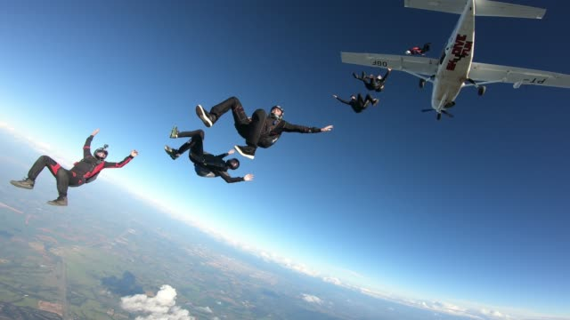 vidéos et rushes de professional skydivers having fun at the skies. - danger