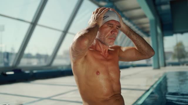 vídeos y material grabado en eventos de stock de nadador profesional bt la piscina - gorro de baño