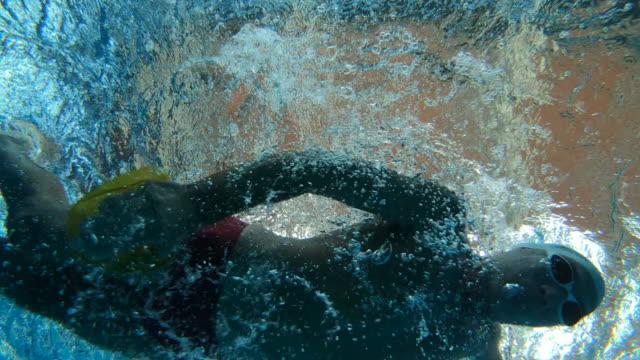 vídeos y material grabado en eventos de stock de nadador profesional natación submarina - gorro de baño