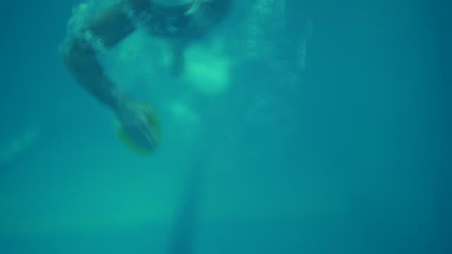 vídeos y material grabado en eventos de stock de nadador profesional - gafas de natación