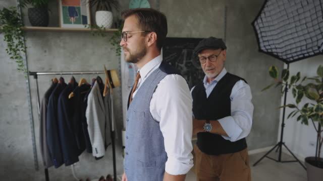 スーツの対策を取るプロの仕立て屋 - カスタマイズ点の映像素材/bロール