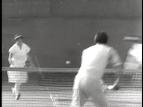stockvideo's en b-roll-footage met professional tennis player helen wills returns balls in a doubles tennis match. - atlete