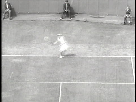 stockvideo's en b-roll-footage met professional tennis player helen wills serves the ball during a match. - atlete