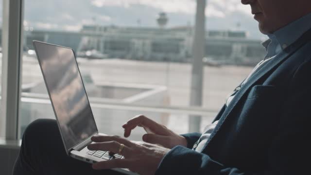 professionelle verwendung von laptop im flughafen-terminal - geschäftsreise stock-videos und b-roll-filmmaterial