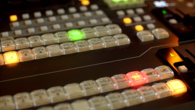 vídeos de stock, filmes e b-roll de vídeo profissional mistura console onde o pestanejar botões em cores diferentes - estúdio de televisão