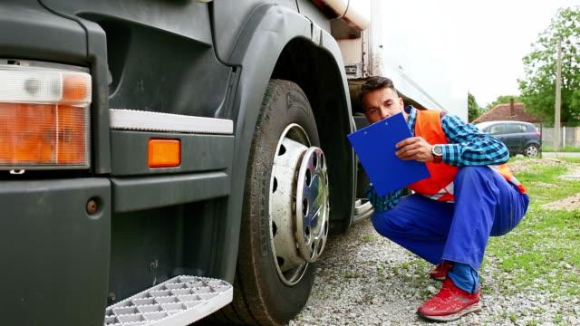 プロの若いトラック運転手 - トラック運転手点の映像素材/bロール