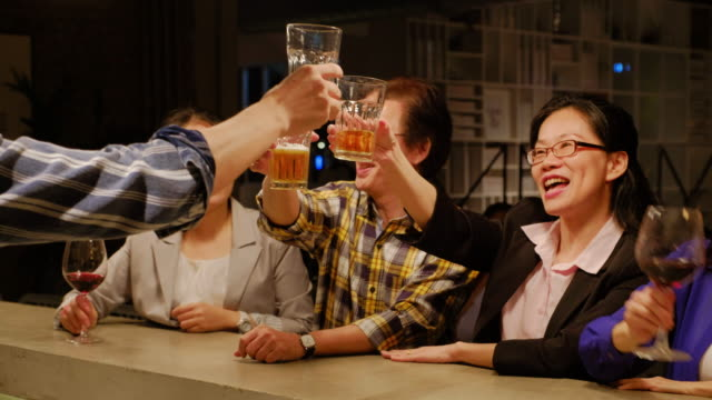 台湾のバーで仕事をした後の専門家 - ビール点の映像素材/bロール
