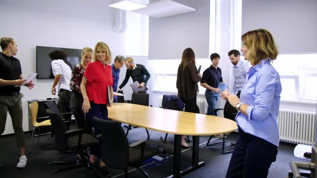 stockvideo's en b-roll-footage met professionals die de vergadering afronden en de directie verlaten - diavoorstelling