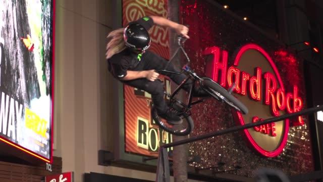 """professionals perform stunts at the """"point break"""" los angeles premiere at tcl chinese theatre on december 15, 2015 in hollywood, california. - premiär bildbanksvideor och videomaterial från bakom kulisserna"""