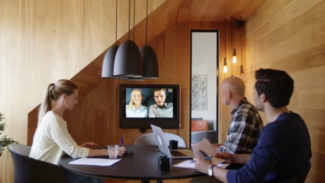 stockvideo's en b-roll-footage met professionals planning via video conference - conferencecall
