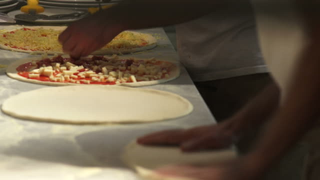 hd professionals preparing pizzas - geschwindigkeit stock videos & royalty-free footage
