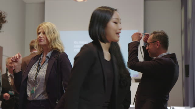 profis erhalten lanyards im konferenzraum - wissenschaft und technik stock-videos und b-roll-filmmaterial