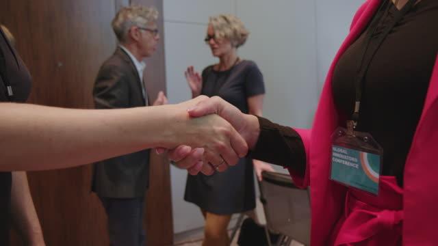 stockvideo's en b-roll-footage met professionals schudden de handen tijdens het seminar - theaterzaal