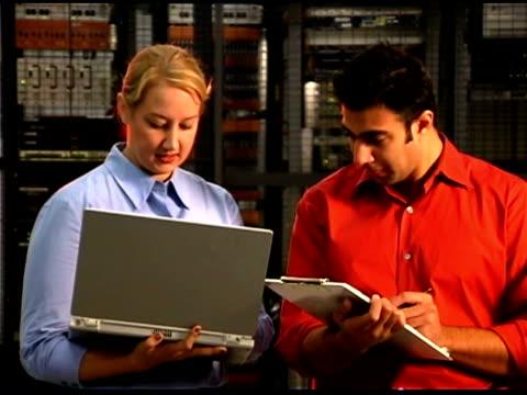 vídeos y material grabado en eventos de stock de it professionals using laptop computer - hombres de mediana edad
