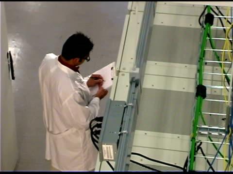 vídeos y material grabado en eventos de stock de it professionals with clipboards by network server - hombres de mediana edad