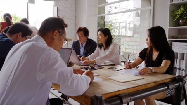 vídeos de stock e filmes b-roll de professionals working in a co-working space in taipei taiwan - taiwan
