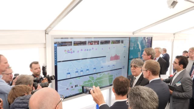 professor dr sahin albayrak head of the project explains to michael mueller mayor of berlin german transport minister andreas scheuer and professor... - juni bildbanksvideor och videomaterial från bakom kulisserna