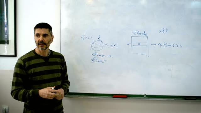 vidéos et rushes de professeur expliquer les étudiants technologie de l'information - professeur d'université