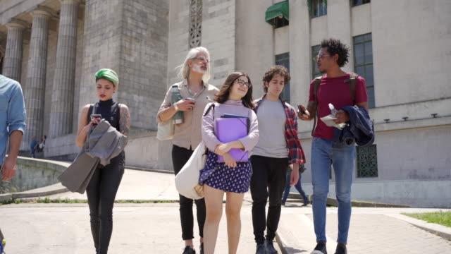 vidéos et rushes de professeur guidant des étudiants autour du campus - buenos aires