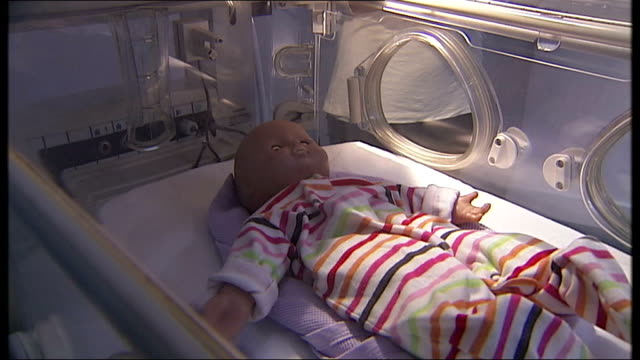 professor kate costeloe interview sot dummy baby lying in state-of-the-art giraffe incubator pull out to reporter to camera - 正装安置点の映像素材/bロール