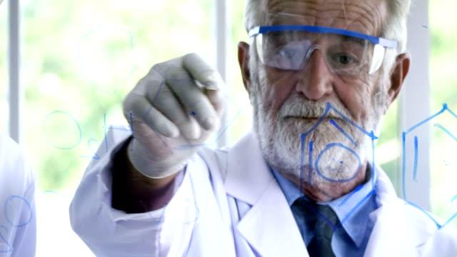 教授の作業 - 化学者点の映像素材/bロール