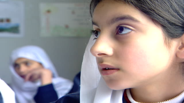 vidéos et rushes de profile of a druze schoolgirl wearing a traditional headscarf or mandil, in an english class at irfan, a druze religious school in the chouf... - enseignante