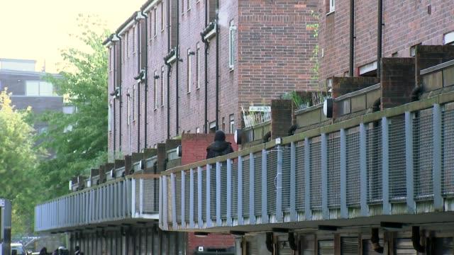 profile of jeremy corbyn's constituency of north islington england london islington ext pedestrians along busy high street traffic along high street... - politische gruppe stock-videos und b-roll-filmmaterial