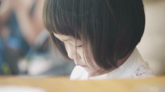 profil von kleinen baby mädchen kindertag - kindertag stock-videos und b-roll-filmmaterial