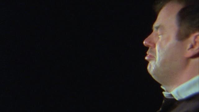 vídeos y material grabado en eventos de stock de slo mo, cu, profile of man sneezing - estornudar