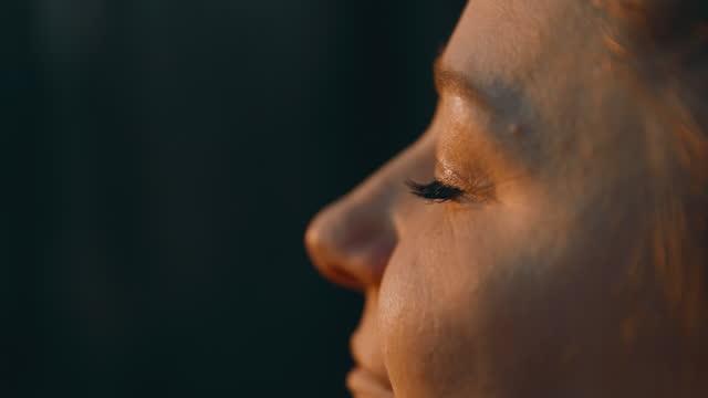 vídeos de stock e filmes b-roll de profile of woman with eyes closed - olhos fechados