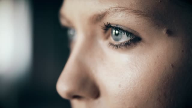 profile of young woman with blue eyes - guardare in una direzione video stock e b–roll