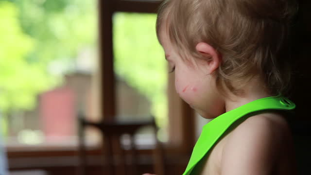 赤ちゃんチューイングフードのプロファイルビュー - 虫刺され点の映像素材/bロール