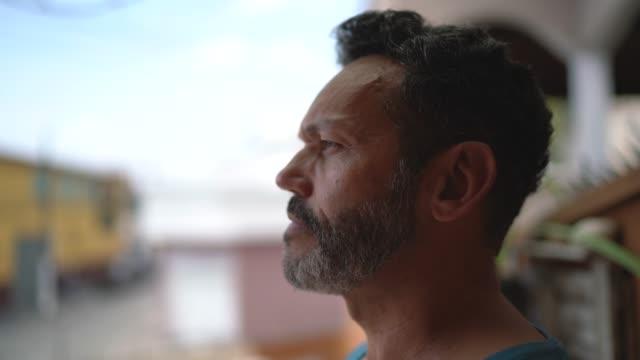 vidéos et rushes de vue de profil d'un homme regardant loin - profil
