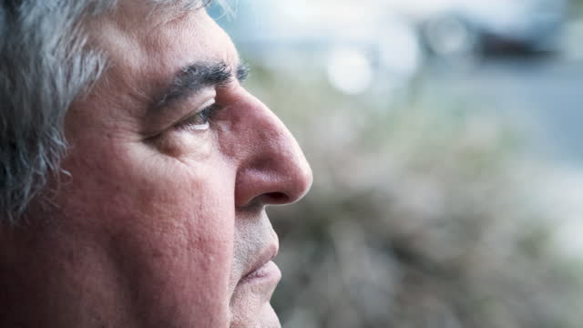 vídeos de stock e filmes b-roll de profile view of a pensive mature senior man looking away - profile