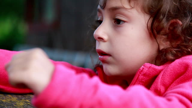 vy av ledsna barn - profil redigerat segment bildbanksvideor och videomaterial från bakom kulisserna
