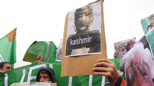 pro-freedom protesters march during a protest in srinagar, kashmir on october 04, 2019. shutdown continues across the kashmir valley on 61th day... - reportage stock-videos und b-roll-filmmaterial
