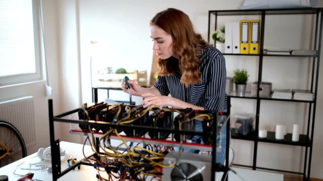 暗号の鉱山を調整するプログラマの女の子 - イーサリアム点の映像素材/bロール