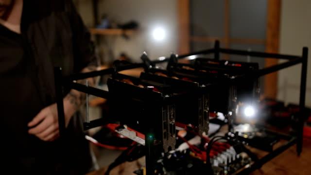 プログラマの gpu を搭載した採掘リグの準備 - イーサリアム点の映像素材/bロール