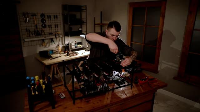 vídeos de stock, filmes e b-roll de programador, preparando o equipamento de mineração com gpu - ferramenta de trabalho