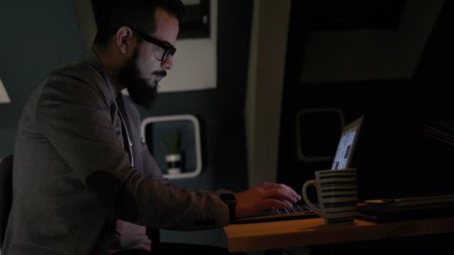 Programmierer arbeiten spät in seinem Büro