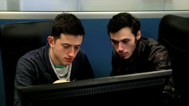 vídeos y material grabado en eventos de stock de programadores que trabajan en un programa de desarrollo social - software de ordenador