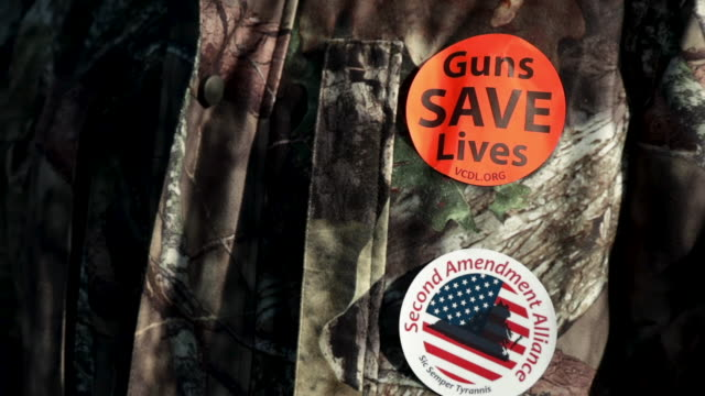vídeos y material grabado en eventos de stock de pro-gun stickers are seen on the jacket of a gun rights advocate during a rally organized by the virginia citizens defense league on capitol square... - virginia estado de los eeuu